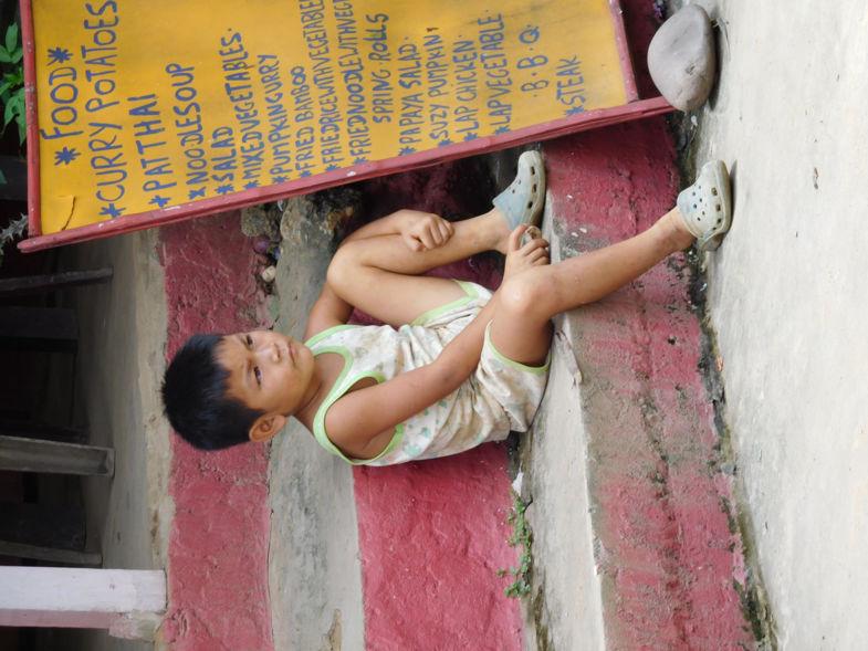 Kleine jongen bewaakt het fort