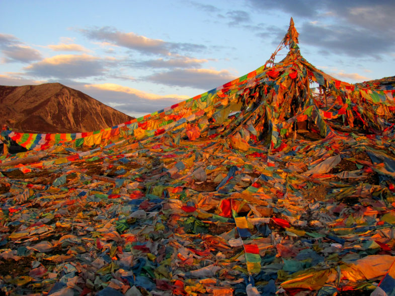Gebedsvlaggetjes op berg in Kham, China's oost Tibet.