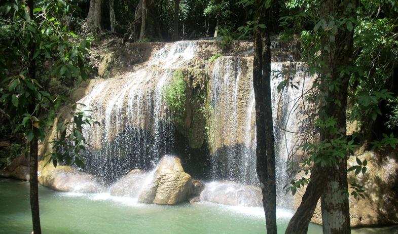 Eén van de 7 prachtige Erawan watervallen in Thailand