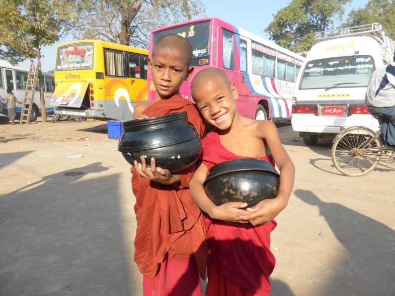 jonge monniken met rijstnap bij busstation in Monywa