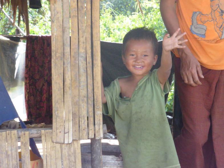 Ziet die vreemde mevrouw mij? In armenwijk buiten Yangoon.