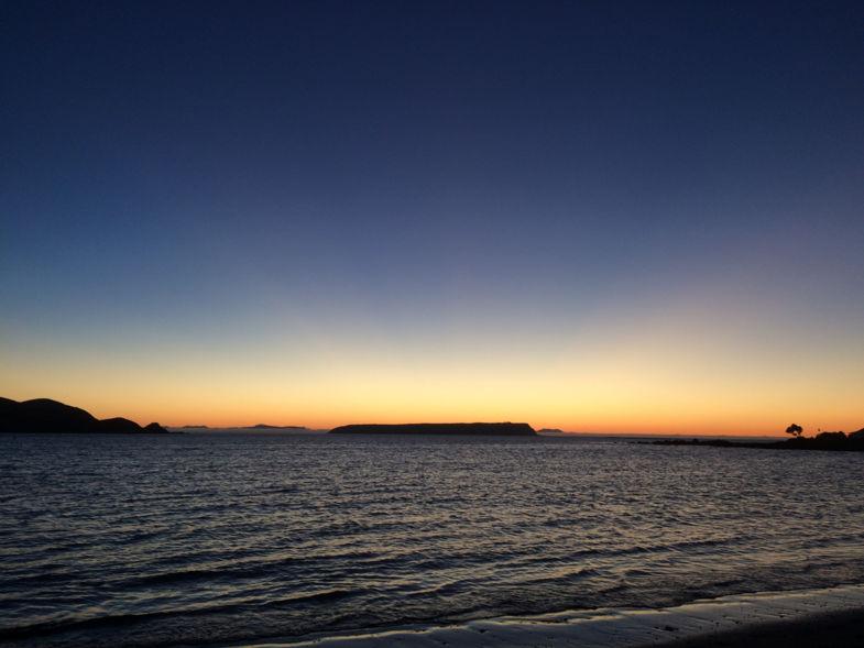Zonsondergang in Plimmerton, kijk goed en je ziet het Zuidereiland!