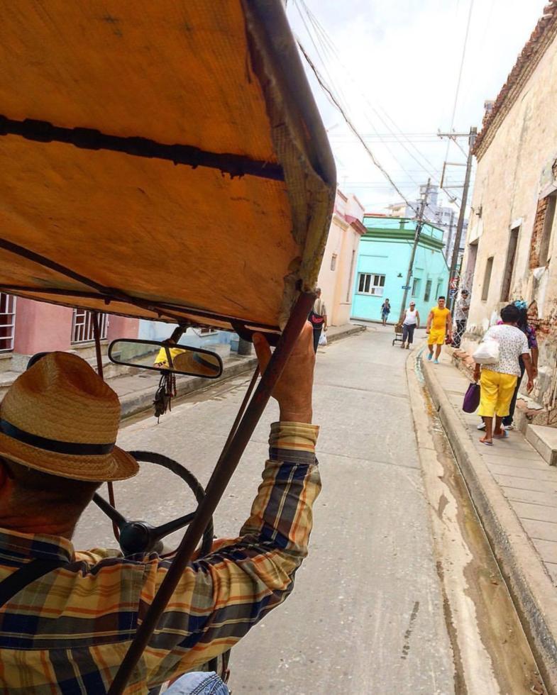Stad verkennen in Cuba met een fietstaxi. Walter van Zwienen (waltergraph)