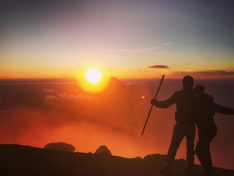 We made it! Na een zware hike de top bereikt van de vulkaan Acatenango (3976 m hoog)!