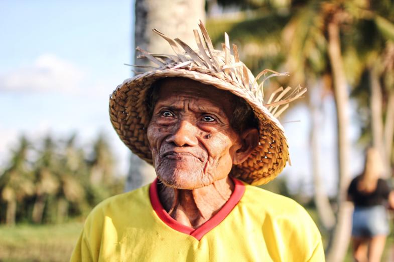 Oude hardwerkende man bij de rijstvelden in Indonesië