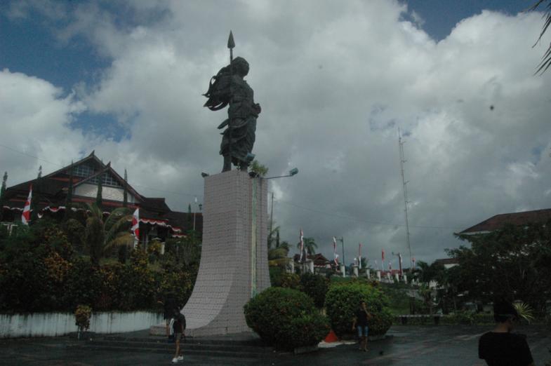 stanbeeld van de vrijheidstrijdster Martha Christina in Ambon.