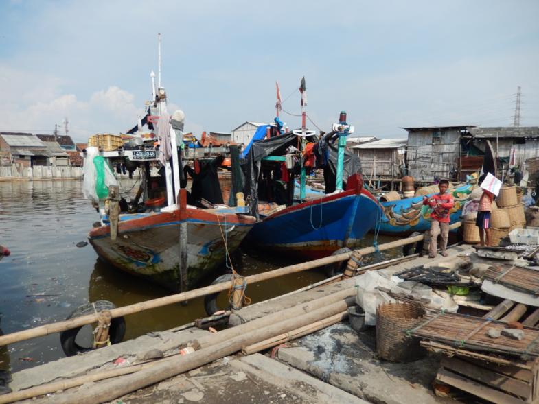 Kinderen spelen in de haven van Tambak Lorok, Semarang