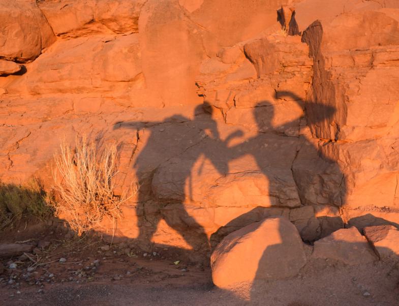 """""""Schaduw selfie"""" met zonsopkomst: klaar voor een lange hike!"""