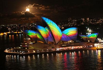 Vivid lichtshow in Sydney tijdens volle maan, gemaakt vanaf de Harbor Bridge