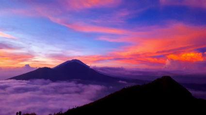 Fantastische beloning na een intensieve klim; de zonsopgang bovenop Mount Batur, Bali
