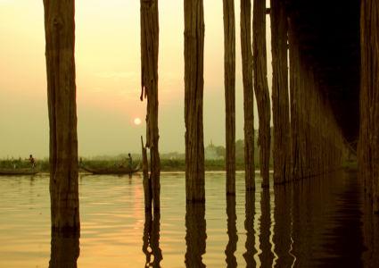 Onder de U Bein Brug in Mandalay in Myanmar