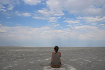 Botswana zoutpannen - leegte rondom, kompas en klok mee want het lijkt dichtbij..