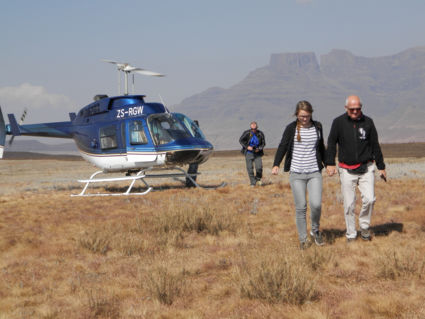 Drie generaties maakte een helikoptervlucht over Drakensberge in Zuid-Afrika.