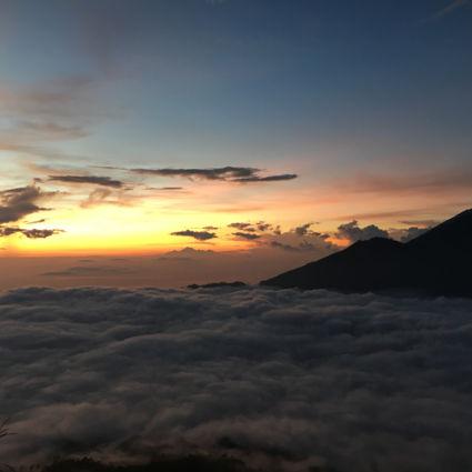 Op de gunung agung, boven de wolken kijken naar de zonsopkomst