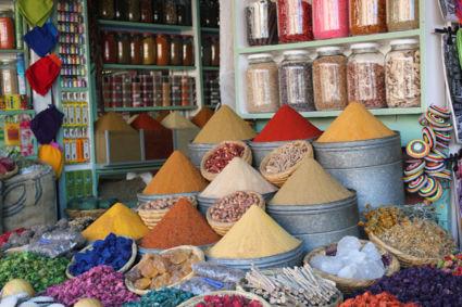 Kleurrijke kruiden in Marrakesh