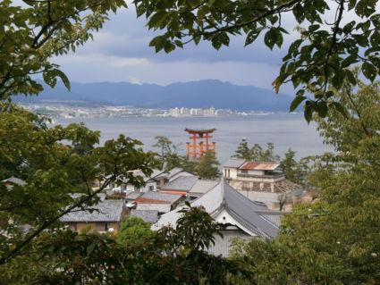 Uitzicht op Hiroshima en de Floating Tori vanaf het eiland Miyajima