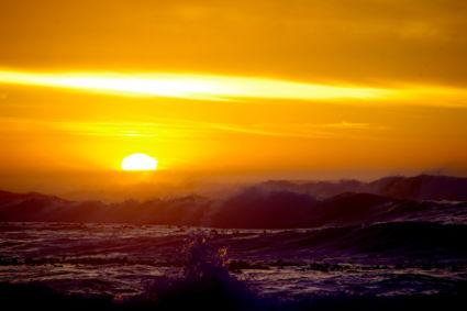 Wilde golven in de zonsondergang