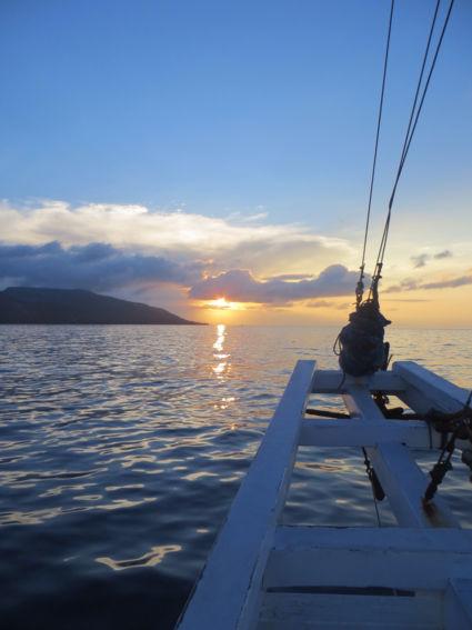 Sunset tijdens een onvergetelijke boottrip van Flores naar Lombok