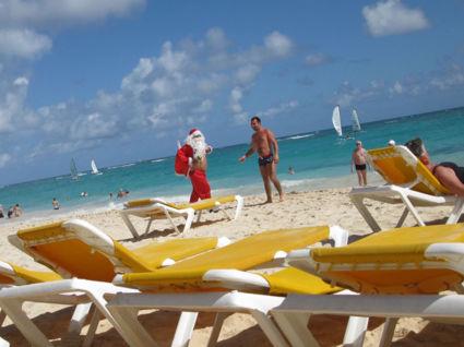 Een verdwaalde kerstman. Haha. Heerlijke zee en strand!