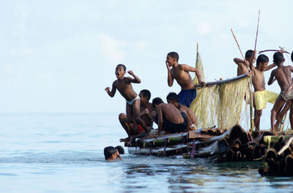 Kinderen bij strand van Suli, Ambon