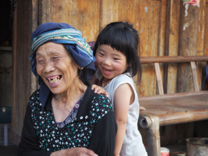 Dorpje van Dong-Chinezen in China, oma en dochter