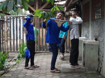 Jonge dansers op de Anklungschool, Bandung.