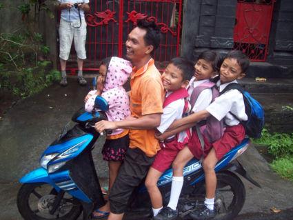 Een Balinese gezinsscooter!