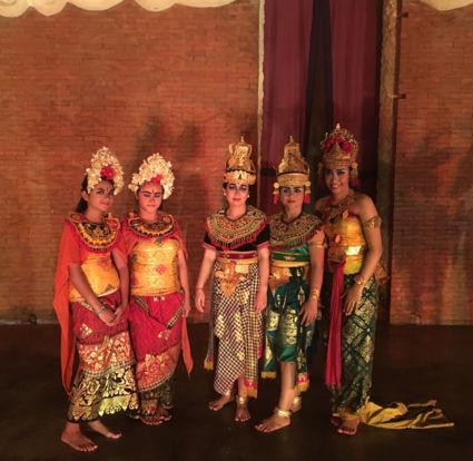 Traditionele Balinese danseressen in een tempel van Bali