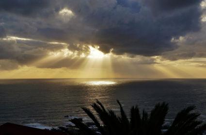 Spotlights, achter de wolken schijnt de zon