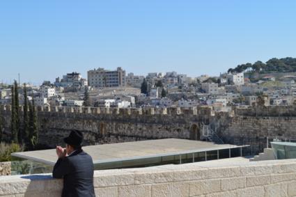 Joodse man kijkend en denkend over zijn Jeruzalem.