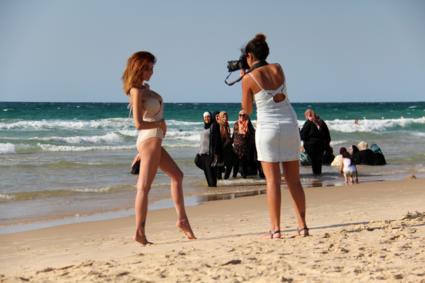 De diversiteit van Tel Aviv op het strand - Israël