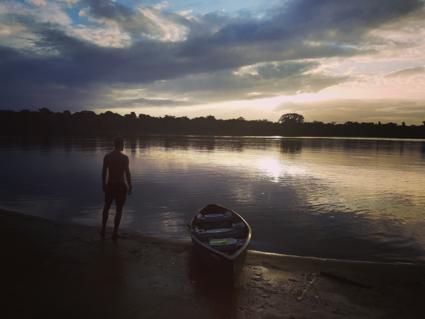 Zonsondergang bij de Suriname rivier