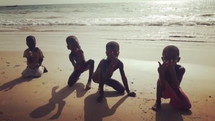 Spelende kinderen met een big smile op hun toetjes op het strand bij La Somone@Senneg