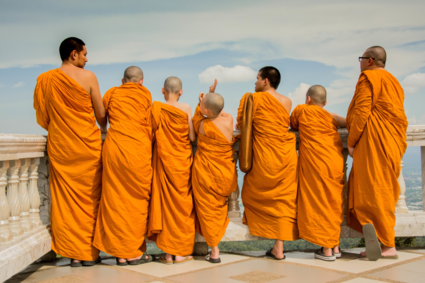Jonge monniken hangen de tourist uit
