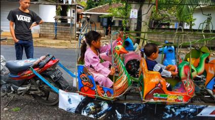Kinderpret. Scooter met carrousel.Sekonton Lombok.