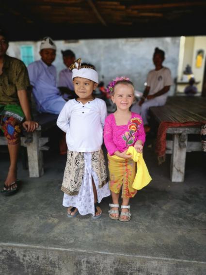 Onze kleine meid neem deel aan lokale ceremonie.