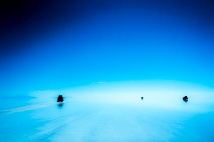 Jeepreflecties in eindeloze Zoutvlakte van Uyuni