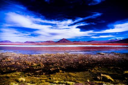 Vulkaan bij rood mineraalrijk meer