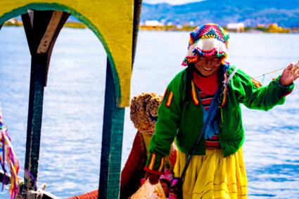 Inheems meisje bereidt zich voor op het dumpen van emmer water over broers hoofd