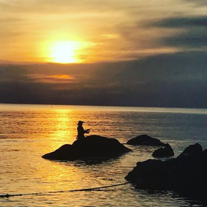 Visser bij zonsondergang