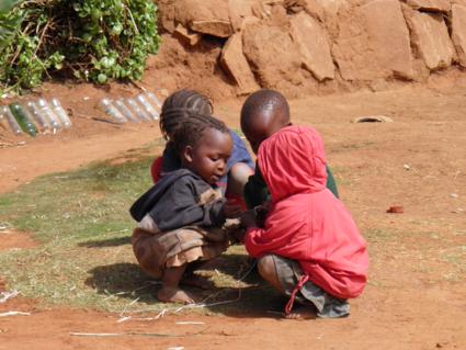 Spelende kinderen in een van de armste landen van de wereld, Malulealea.