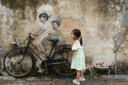 Street Art in Penang. Staat er ineens een schattig meisje voor je lens...