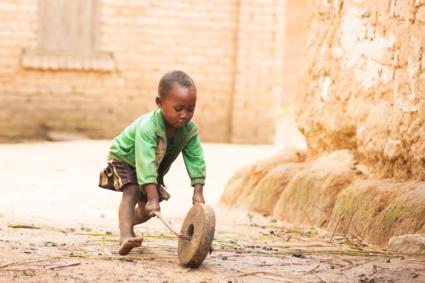 Malagasisch jongtje aan het spelen