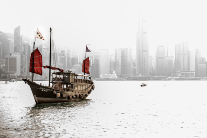 Skyline Hongkong met oude Hongkongse jonk boot